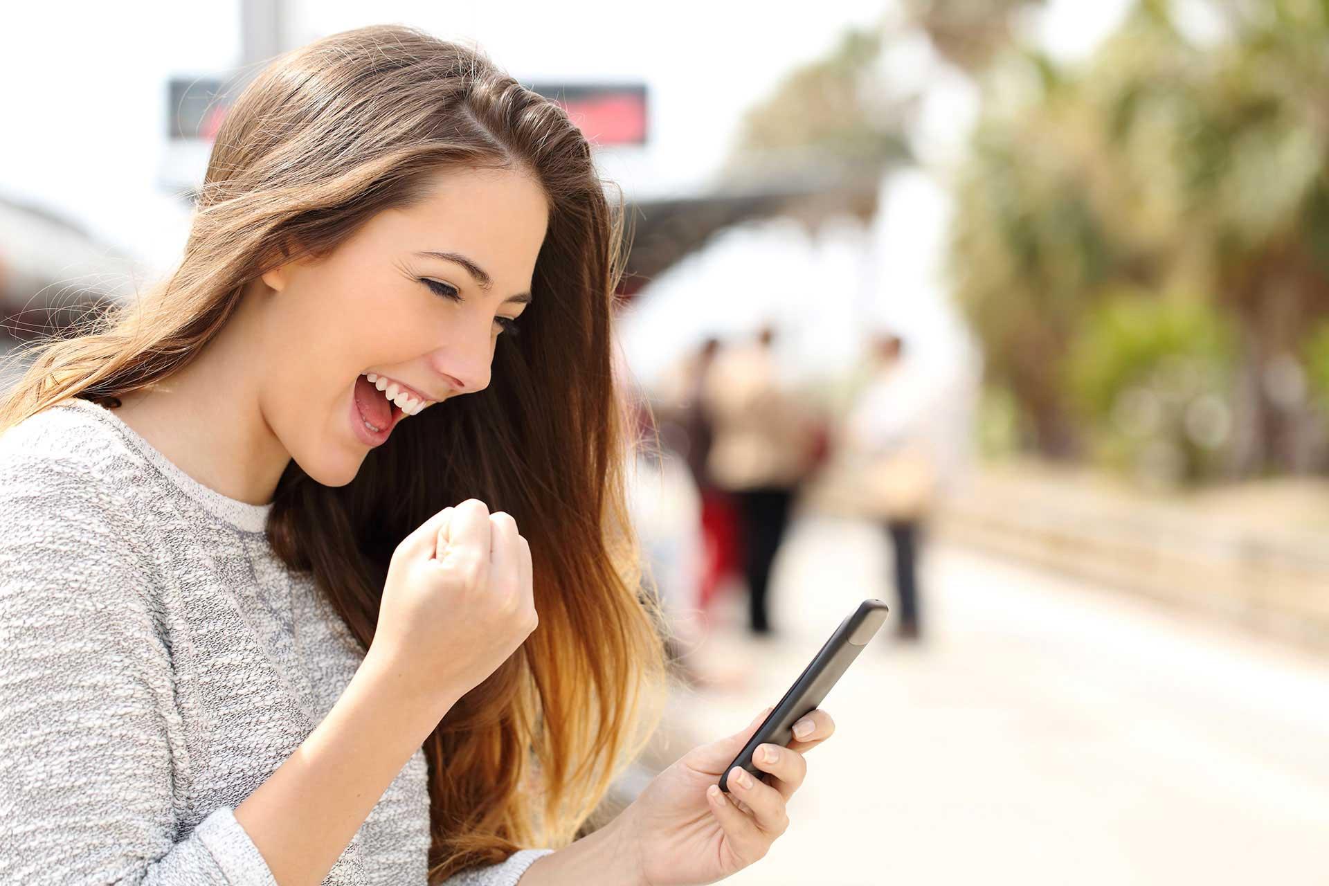 Frau schaut das CHE Ranking auf dem Handy an
