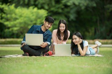 Ausländische Studieninteressierte orientieren sich am Laptop